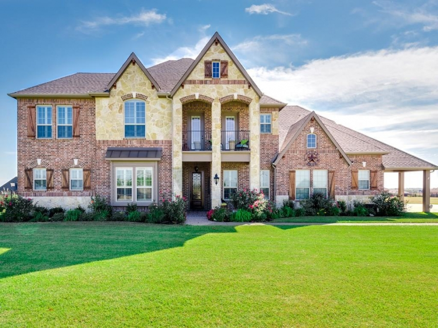 Rockwall Home Offers Acreage, Diving Pool and More