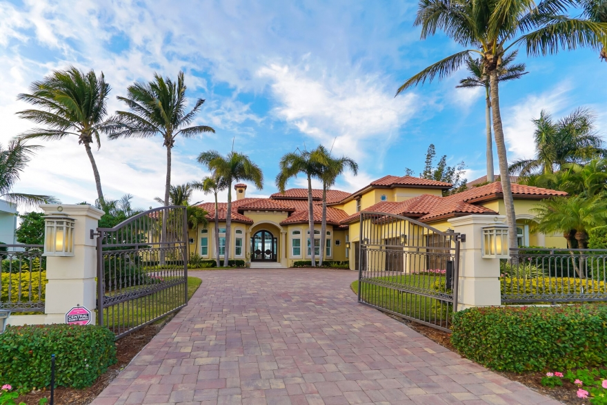 $5.75M LUXURIOUS WATERFRONT HOME LISTS ON LIDO SHORES